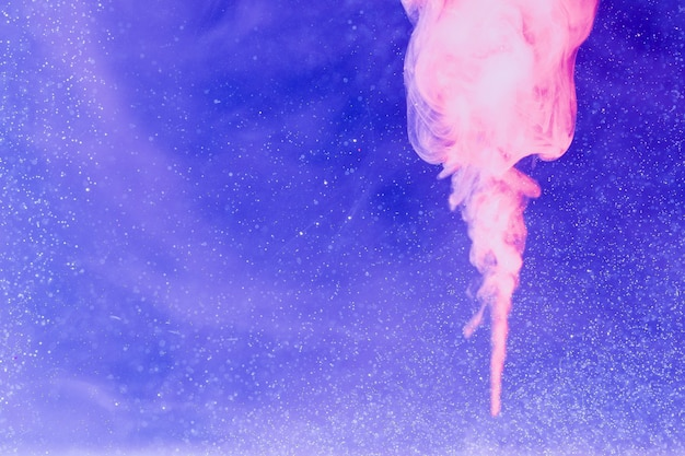 Flamme de fumée rose sur fond d'espace de copie