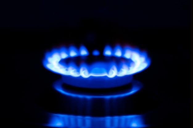 Flamme à gaz, brûleur brûlant d'une cuisinière à gaz.