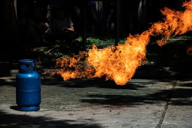 Flamme de gaz et explosif provenant d'un réservoir de gaz