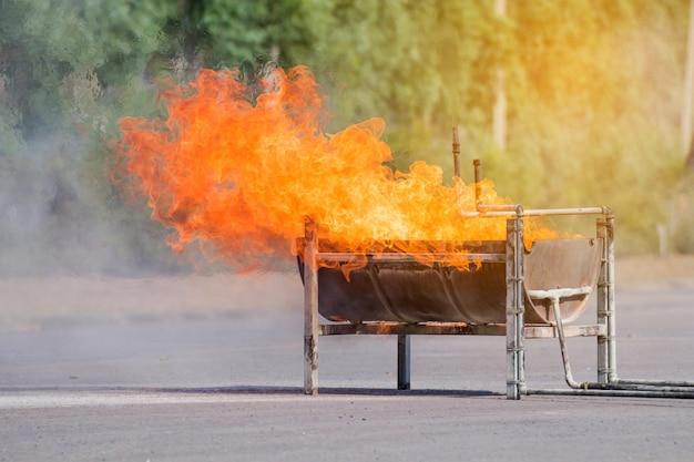 La flamme sur un grand plateau, feu sur le conteneur pour un événement de formation au feu