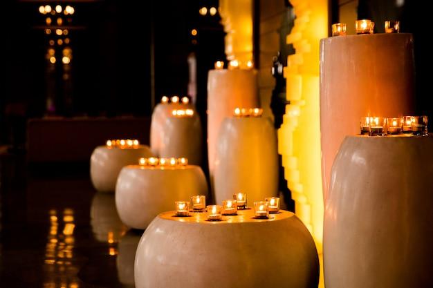 Flamme de nombreuses bougies allumées