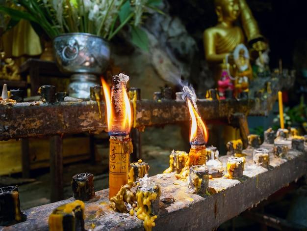 Flammes des bougies rougeoyantes au temple