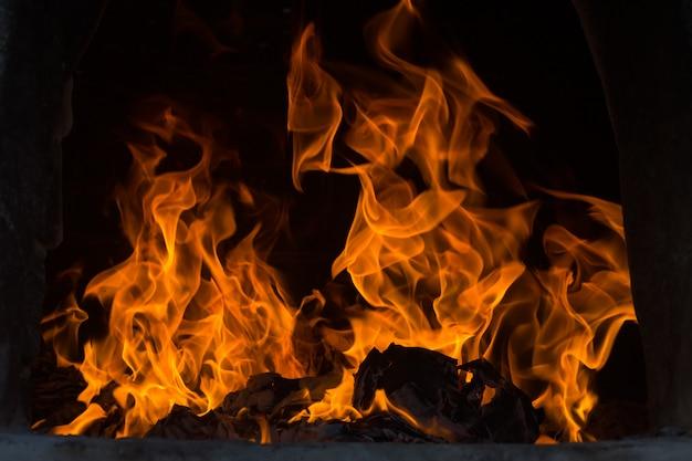 Les flammes brûlent dans le four. des flammes flamboyantes s'allument dans le four.