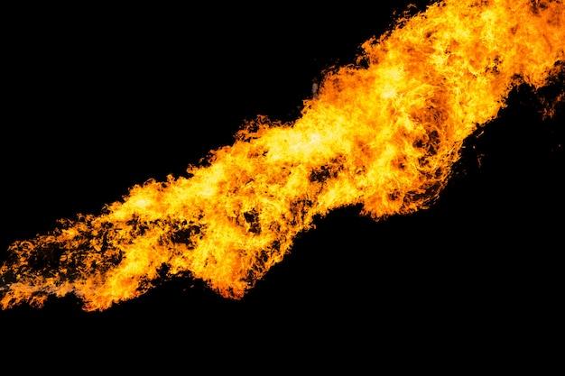 Flammes causées par l'explosion de l'huile isolée sur fond noir.