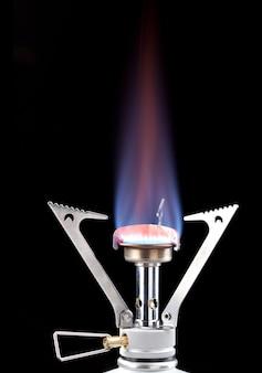 Flammes de cuisinière à gaz dans l'obscurité