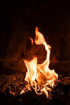 Des flammes dans une cheminée un soir d'hiver la veille de noël et du nouvel an