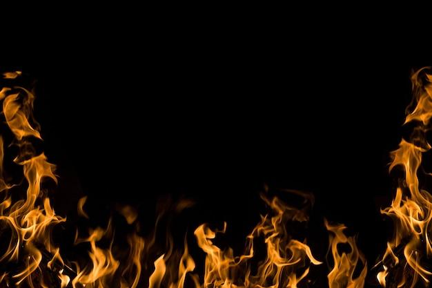 Flammes de feu sur fond noir. cadre de feu