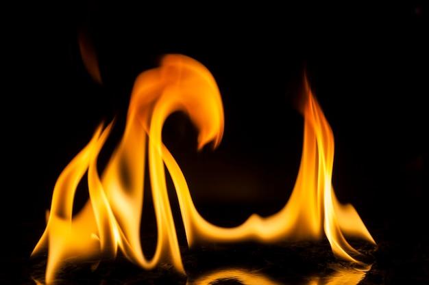 Flammes de feu sur fond noir