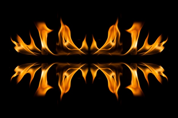Flammes de feu sur fond noir.