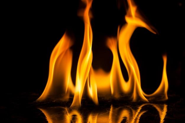 Flammes de feu sur le noir