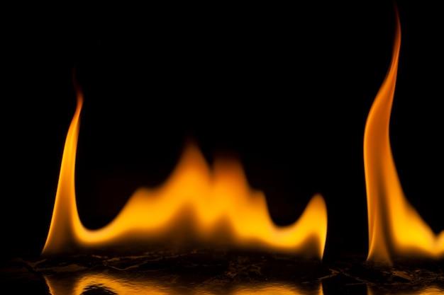 Flammes de feu sur surface noire