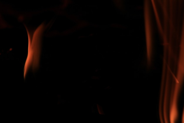Flammes floues et espaces noirs.
