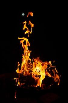 Flammes sur fond noir