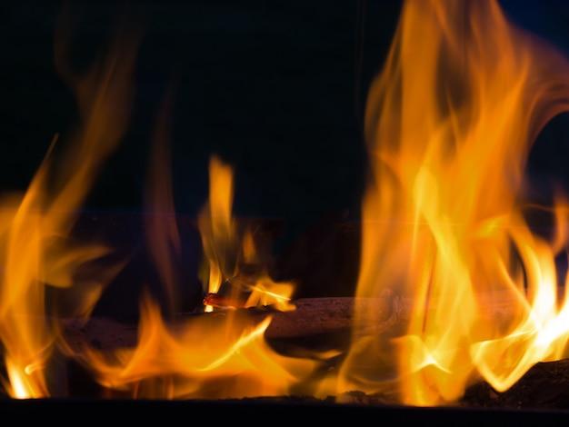 Flammes de ligne de feu réel isolés sur fond noir. mur de feu de maquette.