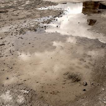 Flaque d'eau sur terre