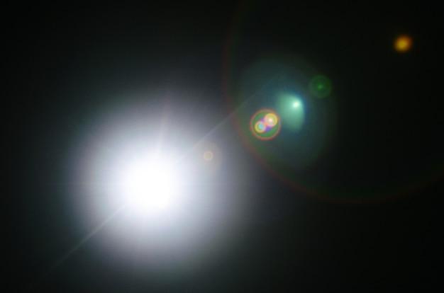 Flare de soleil naturel abstrait ou étoile lointaine sur fond noir