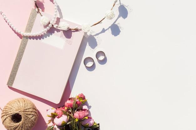 Flat lay bel arrangement pour le jour du mariage