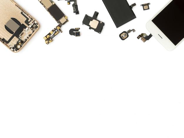 Flat lay de composants de téléphone intelligent isoler