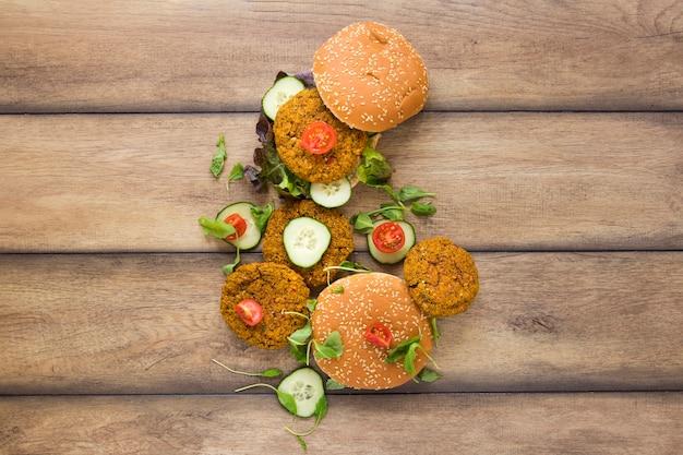 Flat lay délicieux burgers végétaliens
