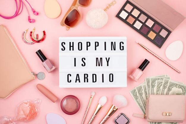 Flat lay avec lightbox et citation amusante le shopping est mon cardio