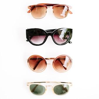 Flat lay, lunettes de soleil vue de dessus sur blanc
