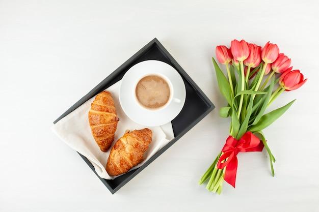 Flat lay avec petit déjeuner à la française