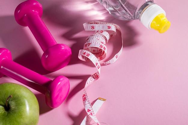 Flat lay sport concept équipement de vie saine sur fond rose lumineux. gros plan avec espace de copie.