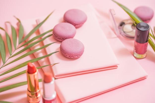 Flatlay de cahier, gâteau macaron, fleur sur table rose. beau petit déjeuner avec macaron