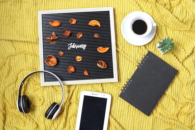 Flatlay du mois de février avec composition d'accessoires pour hommes d'affaires