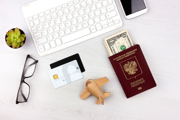 Flatlay avec passeport russe, cartes de crédit et argent