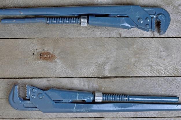 Flatlay.plombing clés sur une table en bois. espace de copie