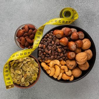 Flay jeter des bols avec des graines et des noix