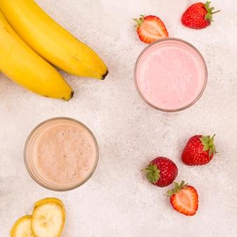 Flay lay d'assortiment de milkshakes à la banane et à la fraise