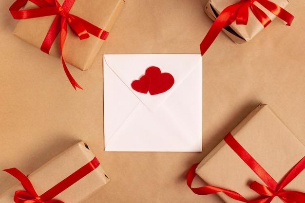 Flay lay d'enveloppe avec des cadeaux pour la saint valentin