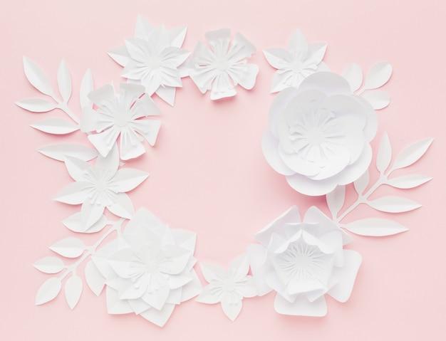 Flay lay fleurs élégantes en papier blanc