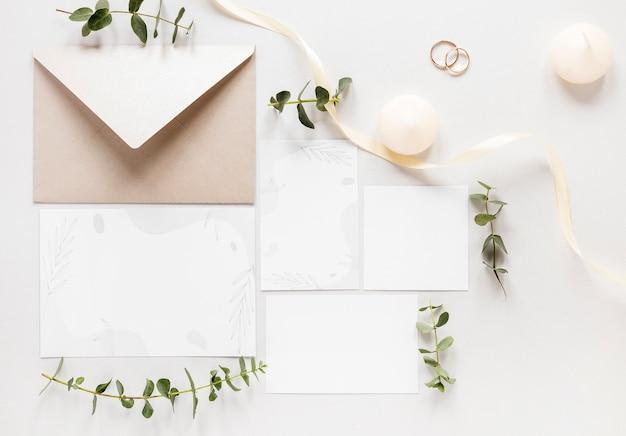 Flay lay invitation de mariage sur table