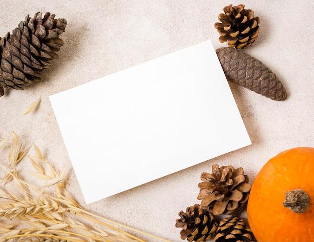Flay lay de papier vierge avec des pommes de pin d'automne
