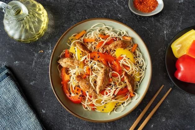 Flay lay de plat de nouilles végétaliennes