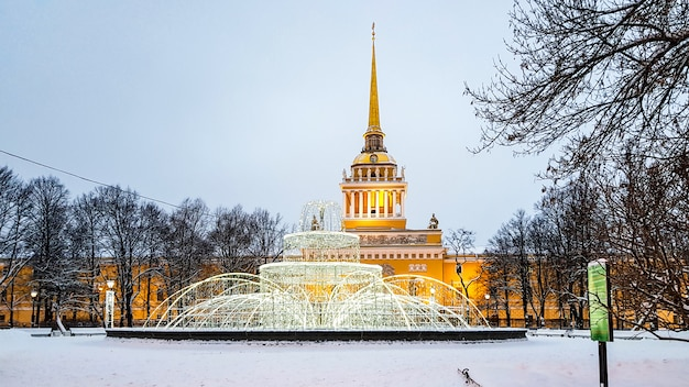 Flèche de l'amirauté, construction de la vue d'hiver avec éclairage du nouvel an, saint-pétersbourg, russie