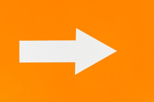 Flèche blanche sur fond minimaliste orange