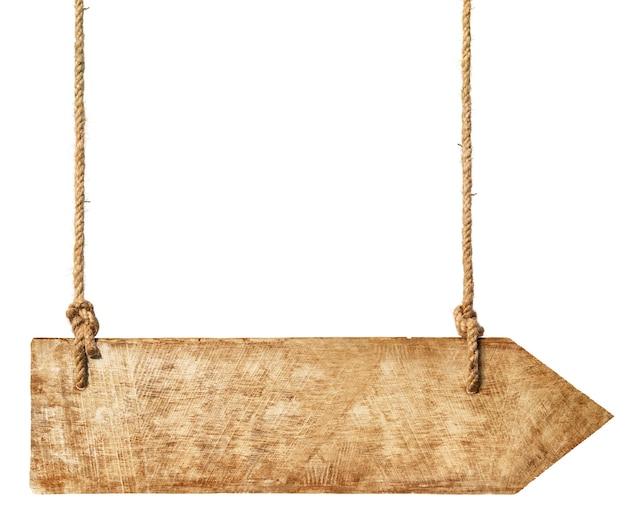 Flèche en bois suspendue à des cordes.