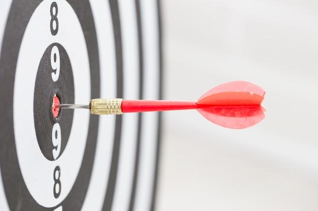 Flèche cible cible frappant au centre de la cible