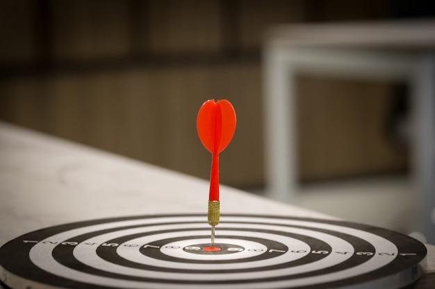 Flèche de cible de fléchette rouge frappant sur bullseye avec, marketing ciblé et succès commercial
