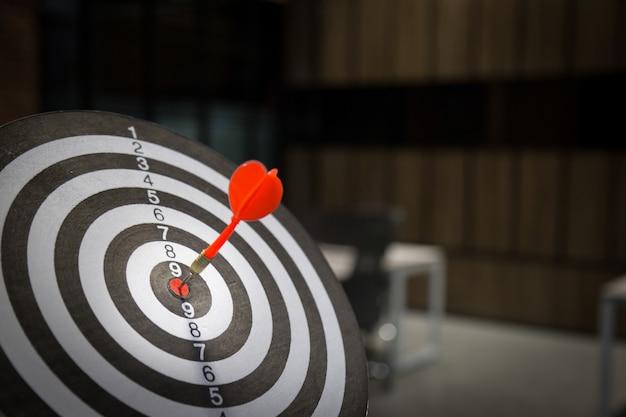Flèche cible rouge de fléchette frappant sur bullseye avec, marketing ciblé.