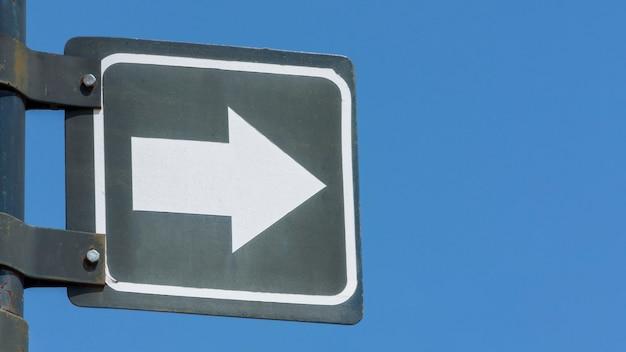Flèche de circulation signe sur un poteau