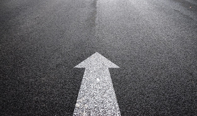 Flèche dans l'asphalte