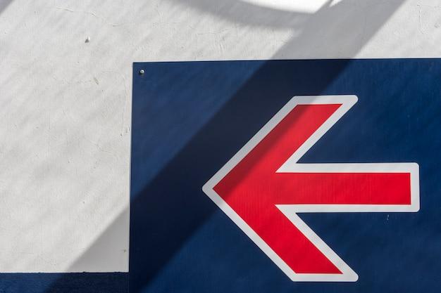 Flèche de direction signe sur mur