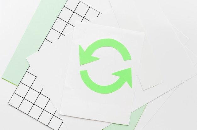 Flèche faisant un cercle sur papier