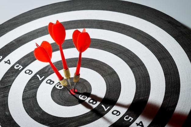 Flèche de fléchette frappant au centre de la cible. concept de la réussite