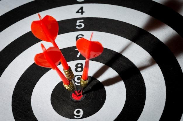 La flèche de la fléchette frappe au centre de la cible. concept de la réussite